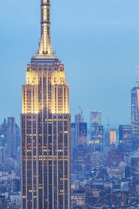 nyc empire state building zoom lights city