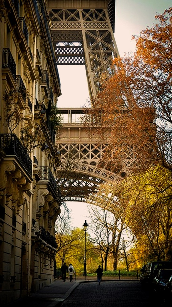 eiffel tower autumn street