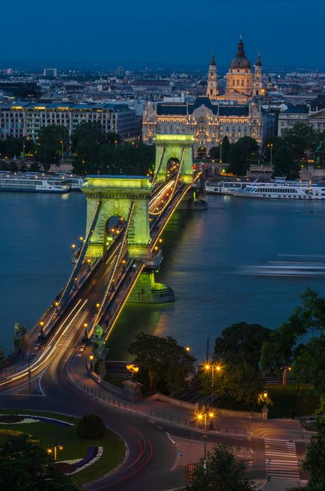 chain bridge budapest night lights