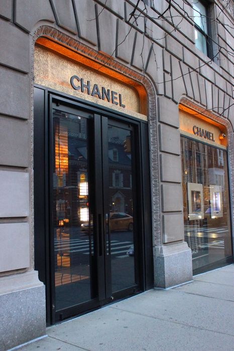 chanel shop street door 1280x1920