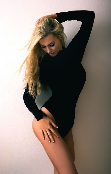beauful girl in black blonde retina