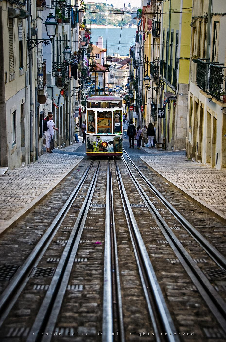 tram narrow street atmosphere la