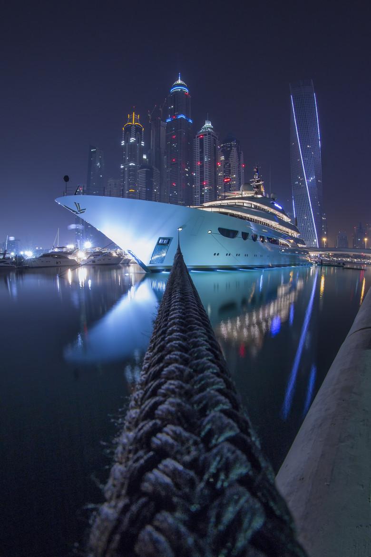 yacht dubai skyscrapers night light
