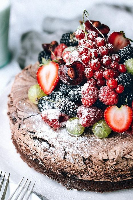 cake strawberries chocolate powder foodphoto